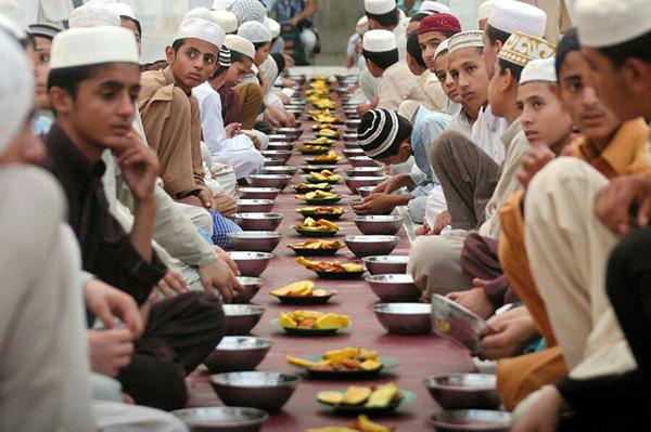 يتناول المسلمون الإفطار مع آذان المغرب (مصدر الصورة : Pinterest)